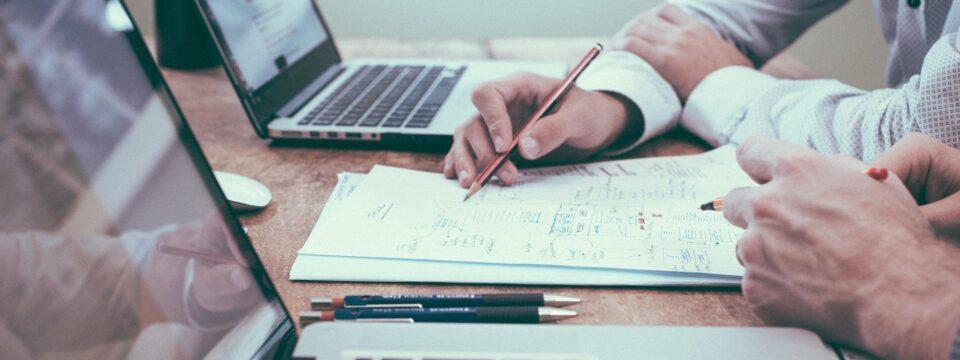 Få gladere medarbejdere med et arbejdsglæde foredrag eller et kursus i konstruktiv kritik